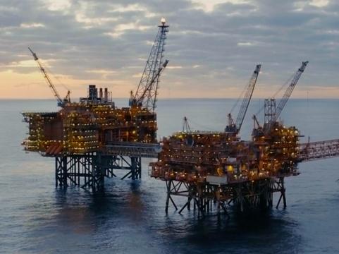 職人の勘をデータベースに。海上石油プラントではAIが何でも教えてくれる