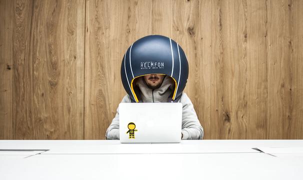 オフィスワークのプライバシーを守ってくれる防音ヘルメット「Helmfon」