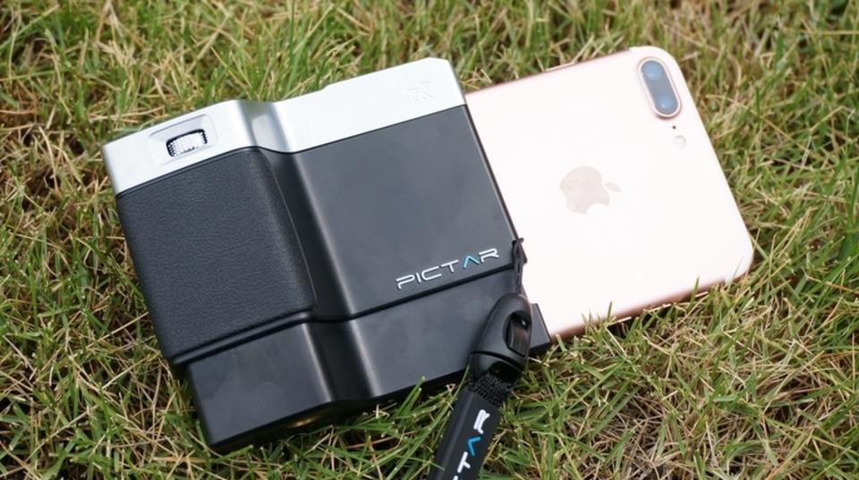 「PICTAR」カメラグリップはiPhoneに一眼レフの操作系をインストールする