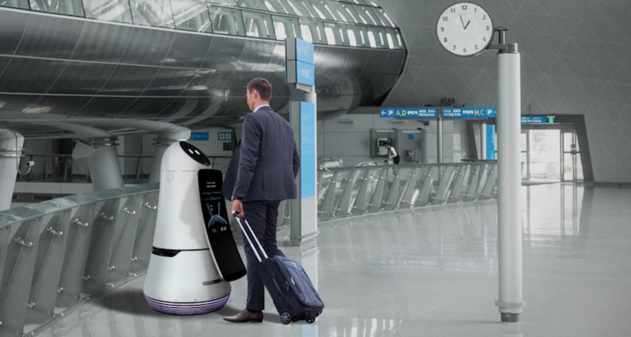 航空券をスキャンして、搭乗ゲートまで案内します。LG製の空港ロボがかなり活躍しそう