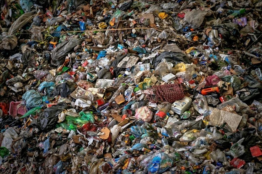 人間がこれまでに生産したプラスチック、その量83億トン。そのほとんどが埋め立て地行きという現実
