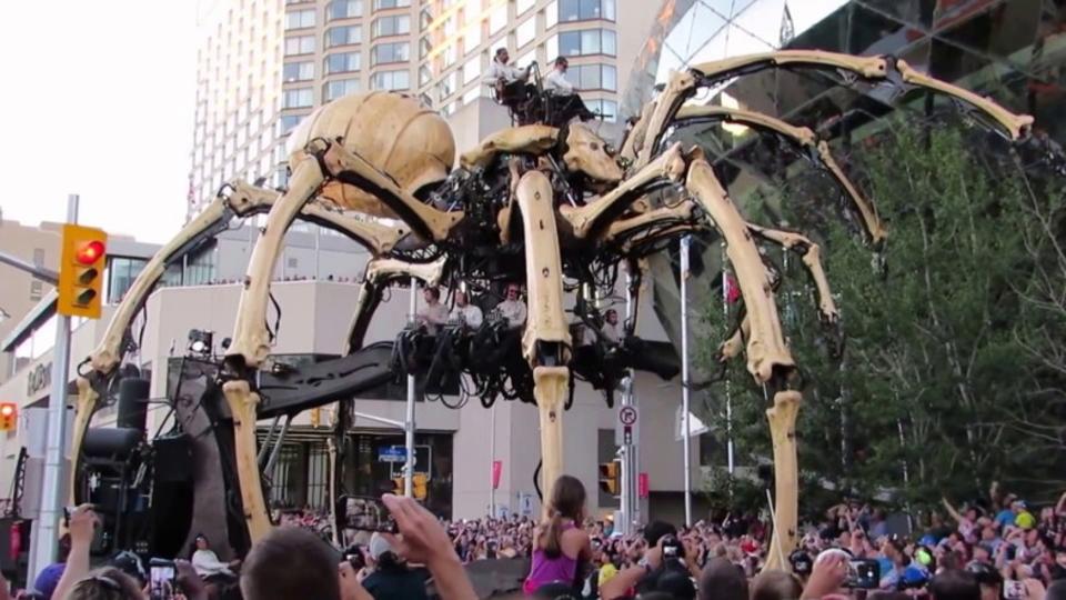フランスから来たラ・マシンの巨大機械獣がオタワの街を練り歩く