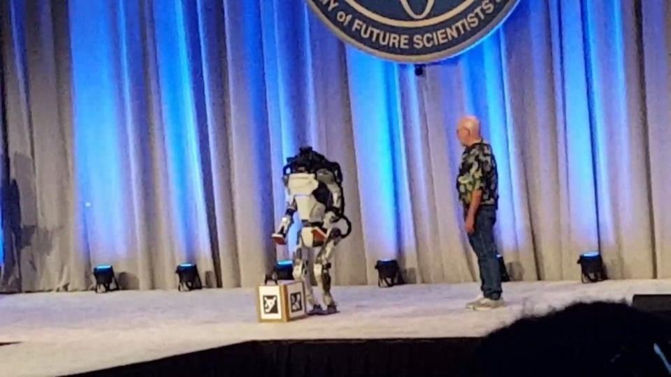 ボストンダイナミクスの二足歩行人型ロボット、コケざまもまるで人間だった
