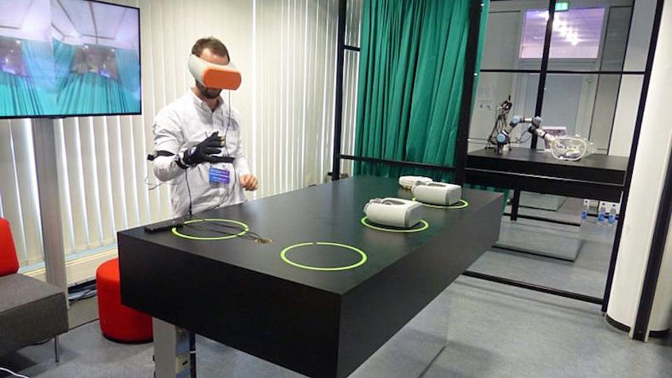 VRとロボットアームが、遠隔手術を可能にするかもしれない