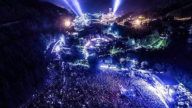 タメ息ものの美しさ! 空撮カメラマンが撮ったフジロックの夜景ドローン写真
