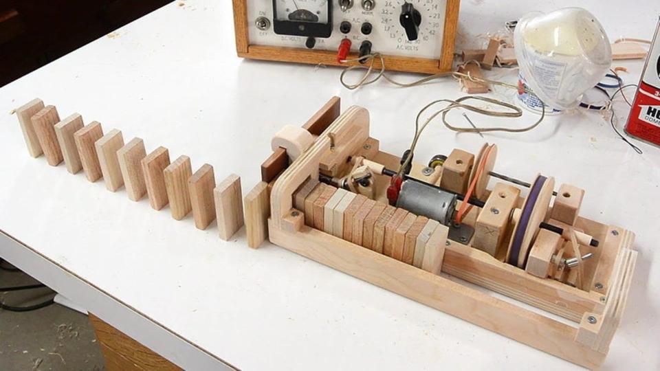 ドミノをきれいに並べるDIY木製ドミノ並べマシーン