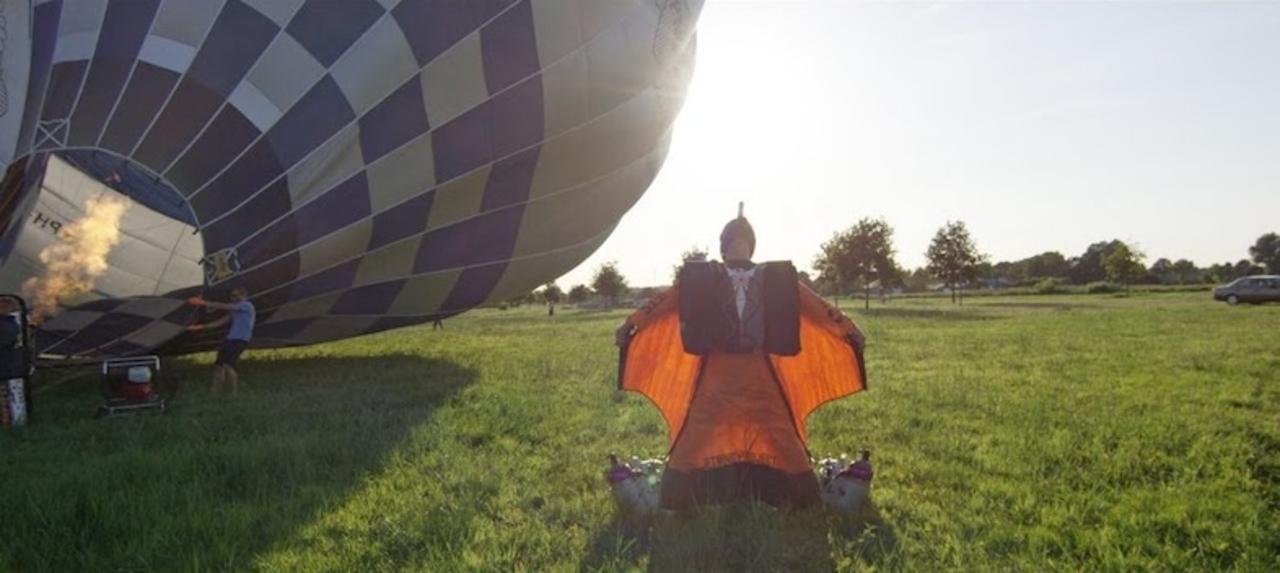 ジェット動力式ウィングスーツで飛ぶ人