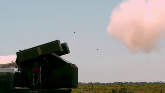 小型ドローンを撃ち落とすスティンガーミサイル。お値段一発、約400万円