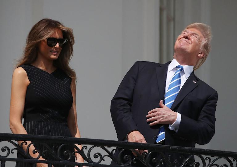 トランプ大統領、日食を直接見る