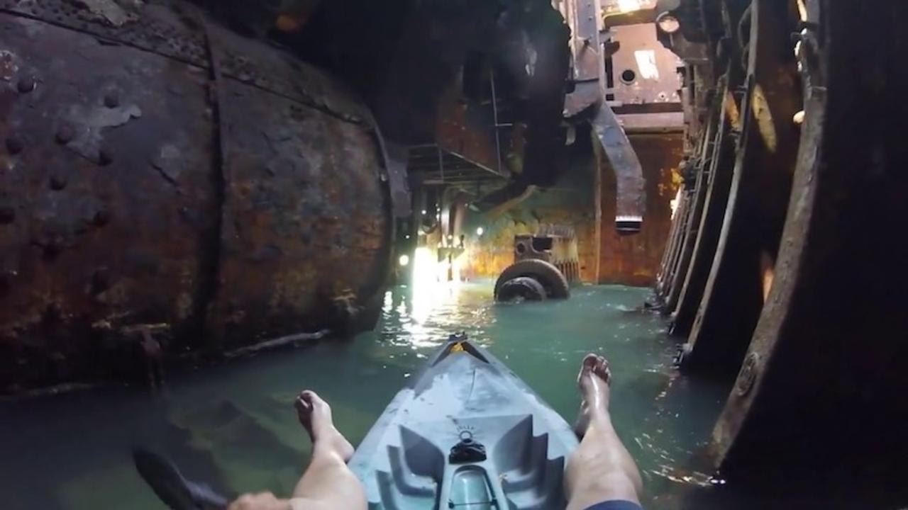 まるで宇宙船? 難破船内をカヤックで探索する映像が未知の世界