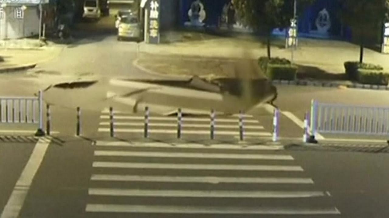まさにコント。スマホに夢中でシンクホールに気づかず、バイクがそのまま突っ込む