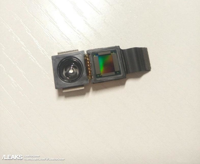 変なのついてる。「iPhone 8」の3Dセンシング・カメラ部品の画像が流出か