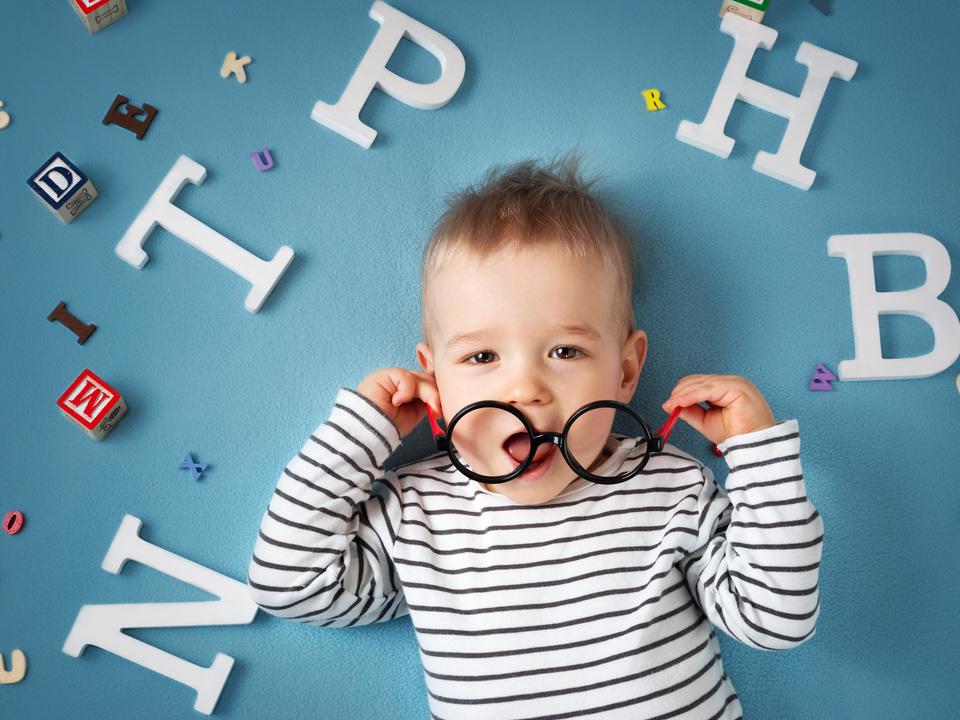 バイリンガルの子は1歳8カ月でふたつの言語体系を認識している
