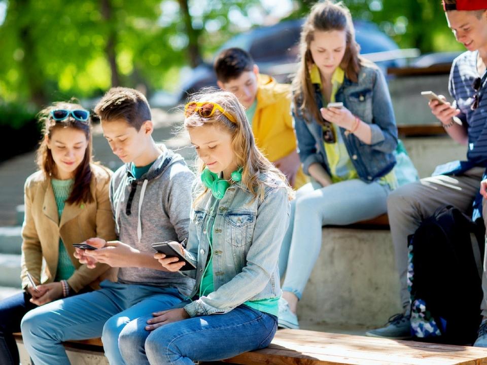 所得格差による子どもの教育格差にインターネットの力を。オランダで1000台のスマホが無料配布される