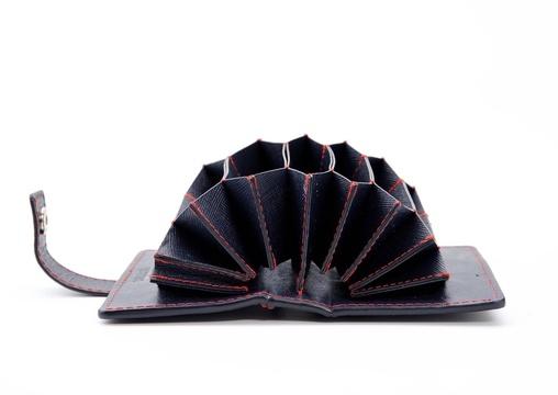 オーケー。 カード類の管理は、大容量のカードケース「OUGI」に任せてみようか