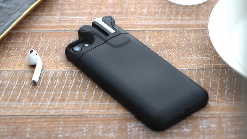 Pebble創業者が「AirPodsが収納できるiPhone用バッテリーケース」でクラウドファンディング開始