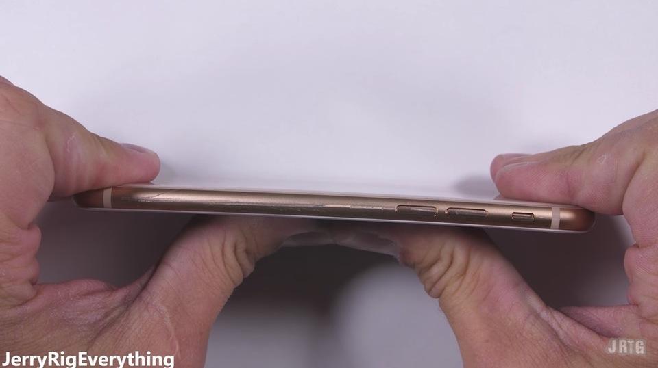 ガラス製のiPhone 8は固すぎることが判明。曲げ・ひっかきテストの結果
