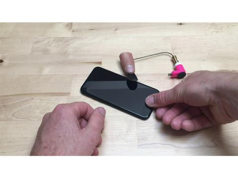 デートアプリ「Tinder」を自動でめくる、おバカ発明「Tinda Finger」