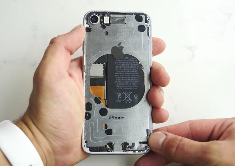 「iPhone 8」を強引にスケルトン化した剛の者、現わる
