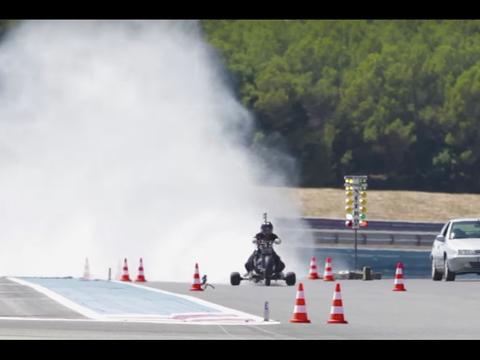 0.5秒で100kmオーバー! 時速261キロの超高速・三輪車の爆走映像