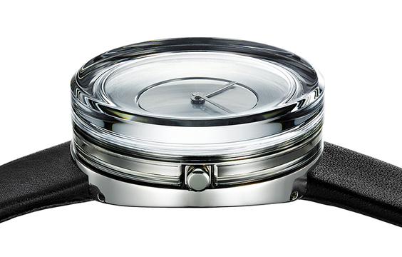 吉岡徳仁デザイン。水底で時が止まっているような腕時計