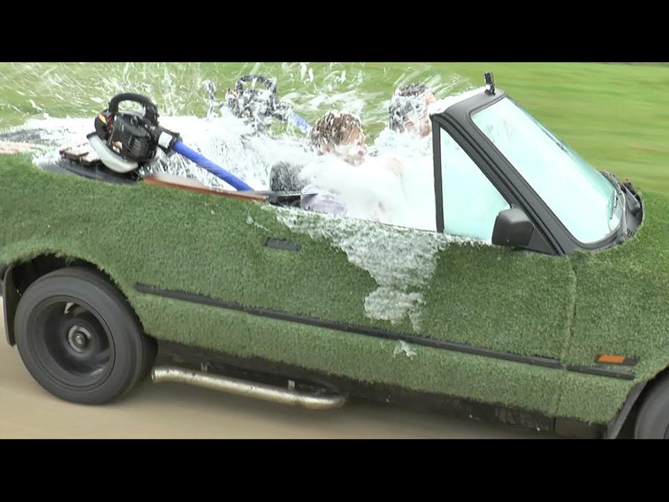 マッドな発明家YouTuber、BMWを運転しながらお湯に浸かれるジャグジーに改造