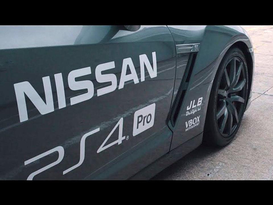 プロのレーシングドライバーがPS4コントローラーで本物のGT-Rを遠隔運転