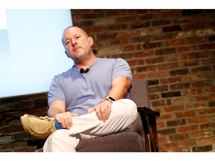 彼の足元に注目。Appleのジョナサン・アイブは私たちと同じ人間だったんだ!