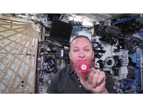 宇宙ステーションでハンドスピナーを回すとどうなるの?