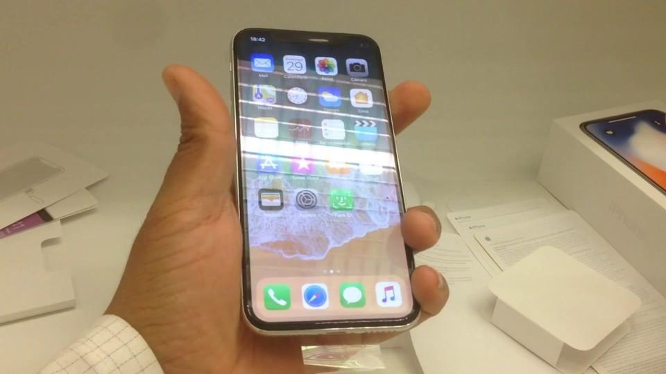 取説まで紹介する「iPhone X」のアンボックス動画が登場。スクリーンセーバーを見るに、店舗用?