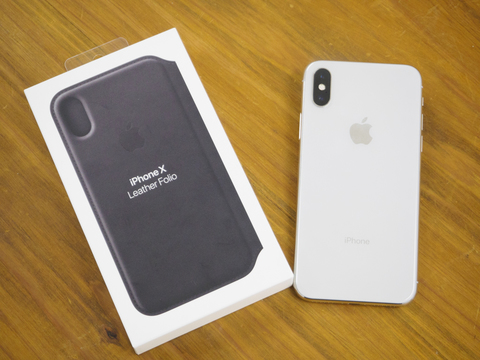 やさしい肌触りでiPhone Xをガード。Apple純正ケース「iPhone Xレザーフォリオ」