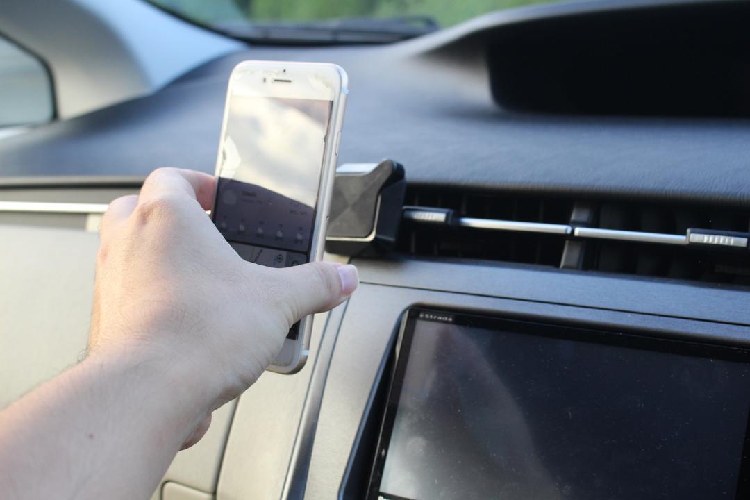 アプリと磁石の力で運転をサポート!スマホマウント「QLYX」は便利で賢いやつだった