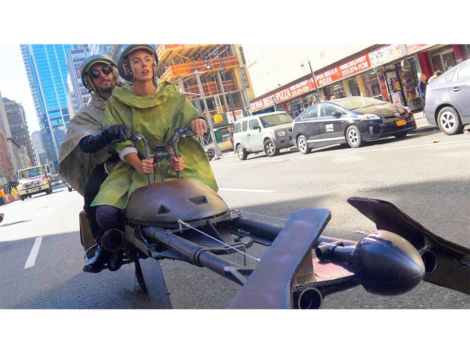 ここはエンドアか?! DIYした『スター・ウォーズ』のスピーダーバイクが街を駆け抜ける