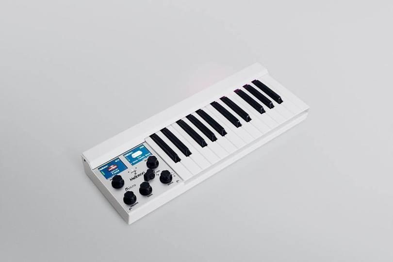 デジタルメロトロンM4000Dのミニマムモデル「Mellotron Micro」が登場。往年のサウンドが超ポータブルに
