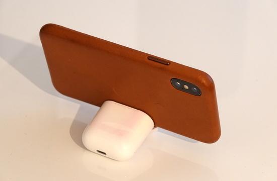AirPodsケース、iPhoneスタンドになる