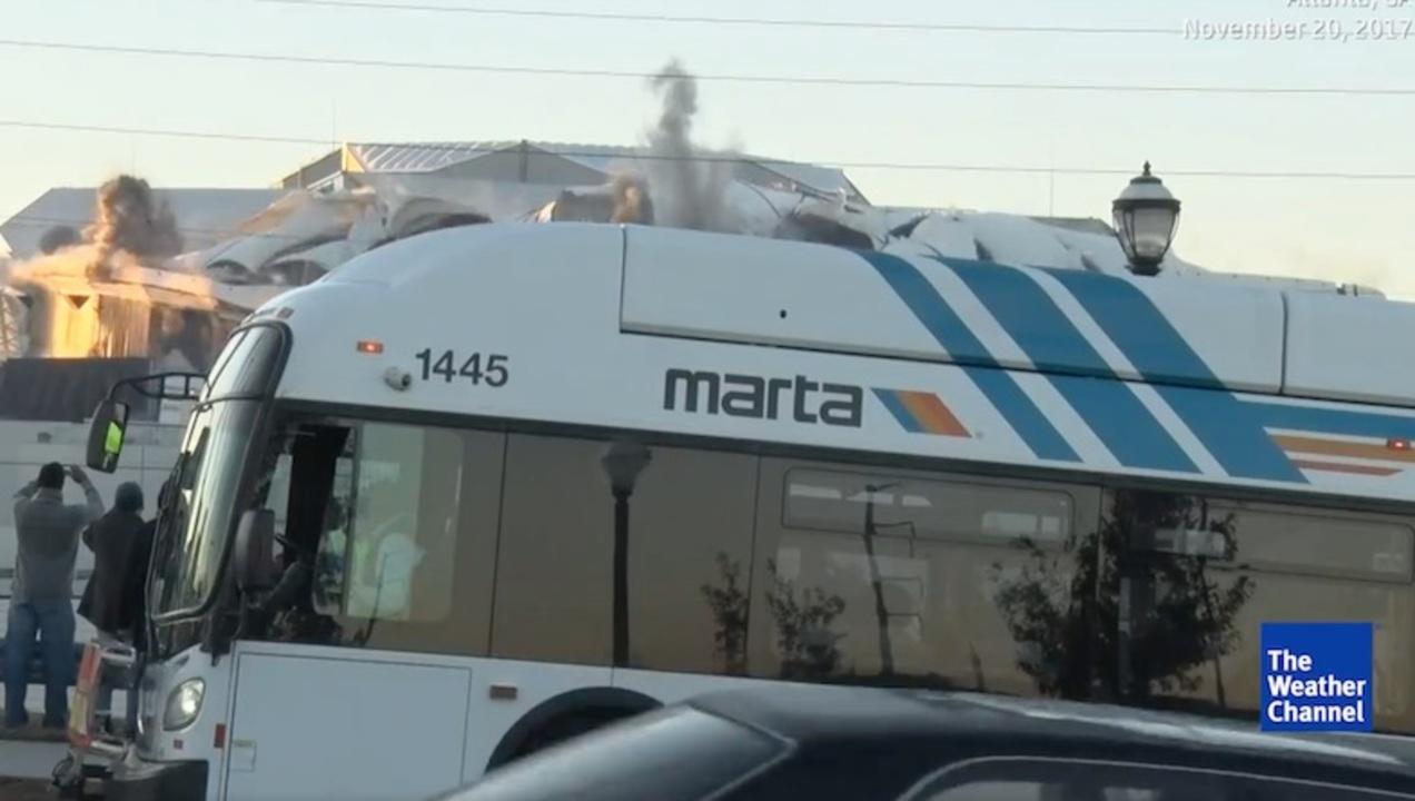 スタジアムの爆発解体をストリーミング中継するも、最悪のタイミングでバスがきた