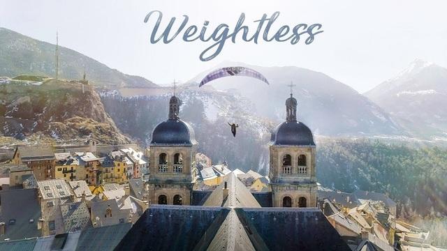 世界中の空で自由飛行。ファンタジックなパラグライダー動画「Weightless」