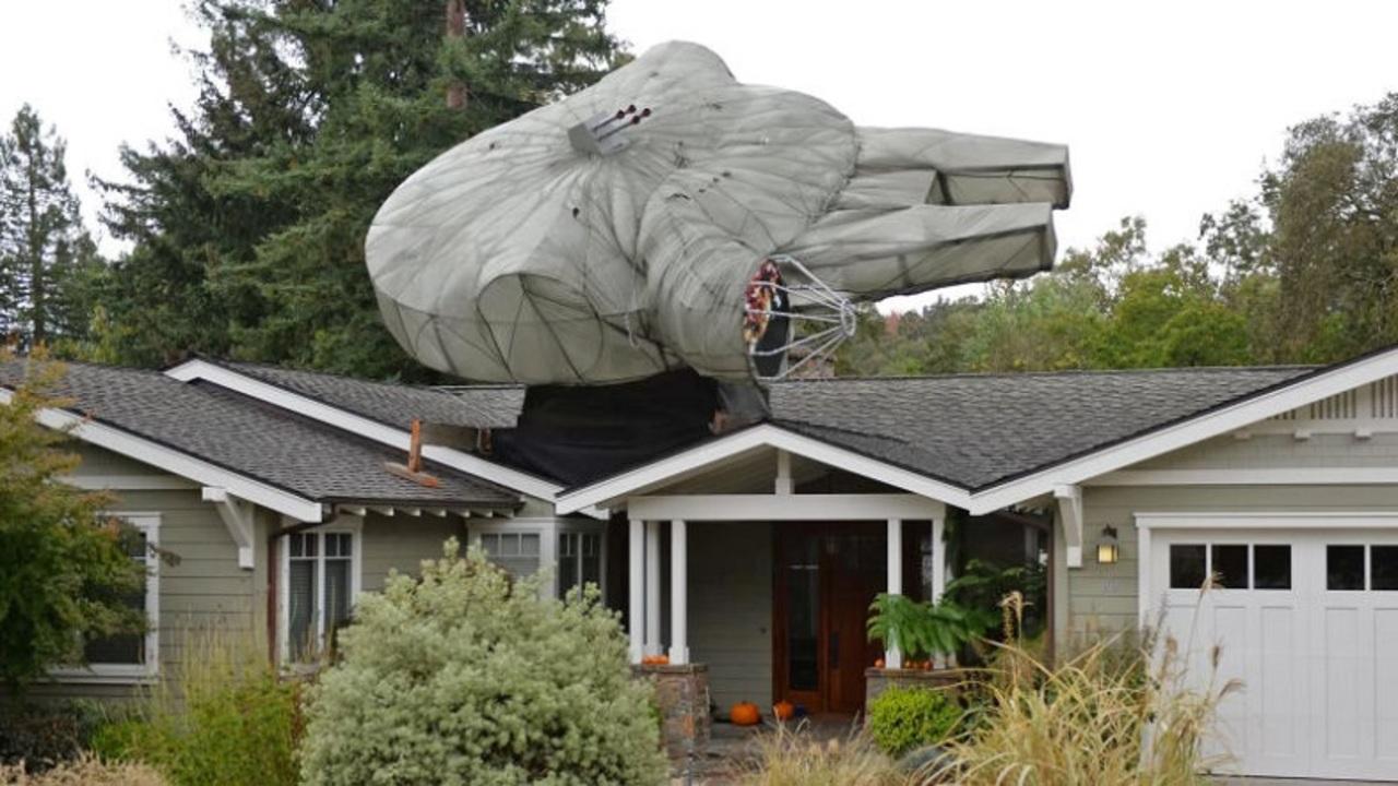 銀河系最速のサンタ用。自宅の屋根に約9メートルのミレニアム・ファルコン号!