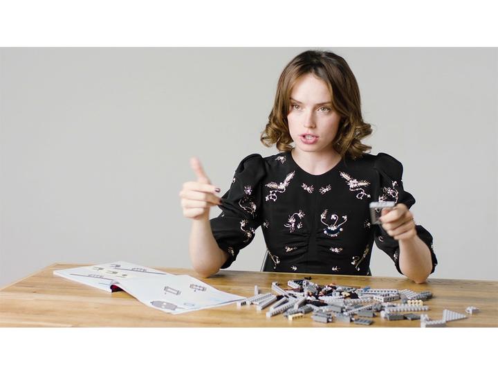 デイジー・リドリーがレゴ「ミレニアム・ファルコン」を組み立てながらインタビューを受ける