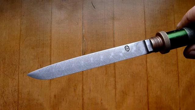 切ったらビリビリしそう?電池からナイフを作った
