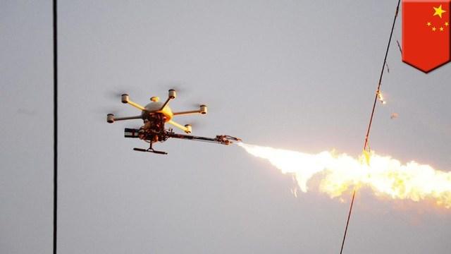電線にかかった異物をファイアー! 中国で活躍する火炎放射ドローン