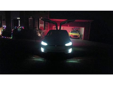 Tesla 「Model X」には「Xmas」イースター・エッグがある! 驚きのパフォーマンスを披露