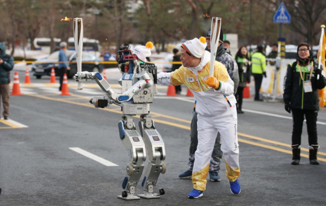 2018年に控える平昌五輪の聖火リレー、ロボットがバトンを繋ぐ
