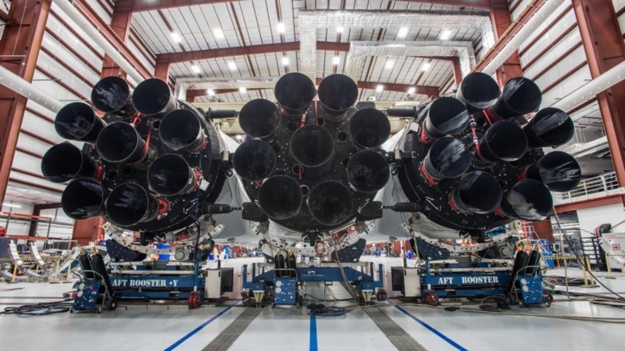SpaceXの火星向けロケット「ファルコン・ヘビー」のエンジン画像が公開。しっかりヘビーです