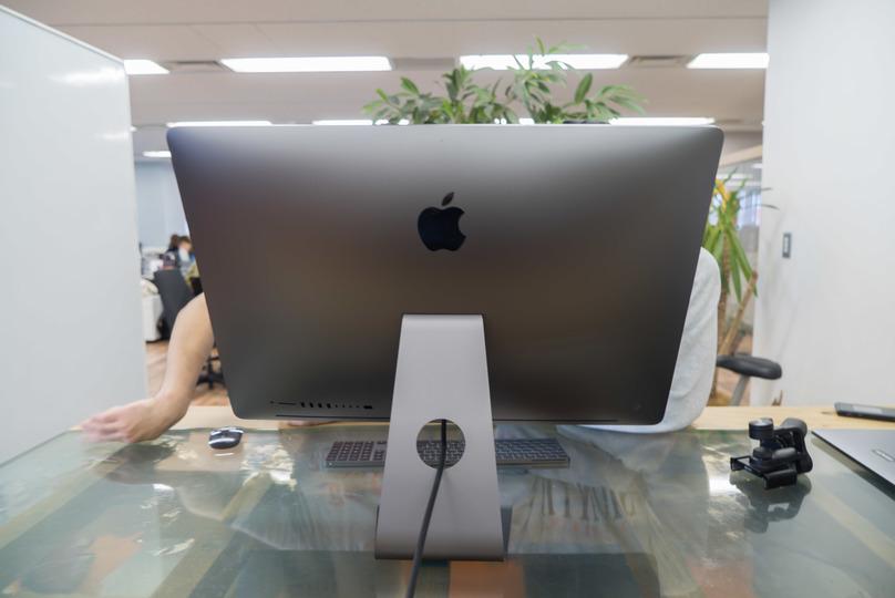 iMac Pro アンボックスライブ:持ち上げるだけでも怖い…