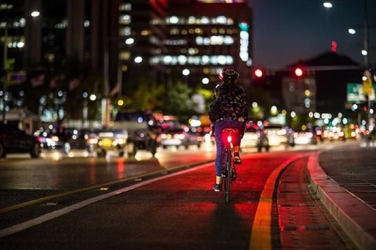 夜の自転車通勤の不安が解消。自転車用多機能テールライト「Rayo」