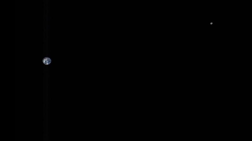 宇宙探査機オシリス・レックス撮影の地球と月を見て思う、「人間はとてもちっぽけな生き物です」