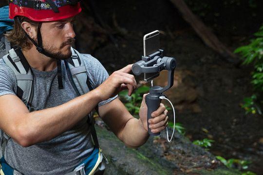 DJIのスマホ用ジンバルの新型「Osmo Mobile 2」は1万6800円! 撮影しながらスマホの充電も可能に