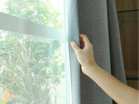 ニトリと帝人が開発、これまでになく強力に花粉をキャッチ&リリースするカーテン