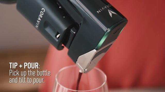 まるで手品。コルクを抜かずにワインを注げるスマート・オープナー